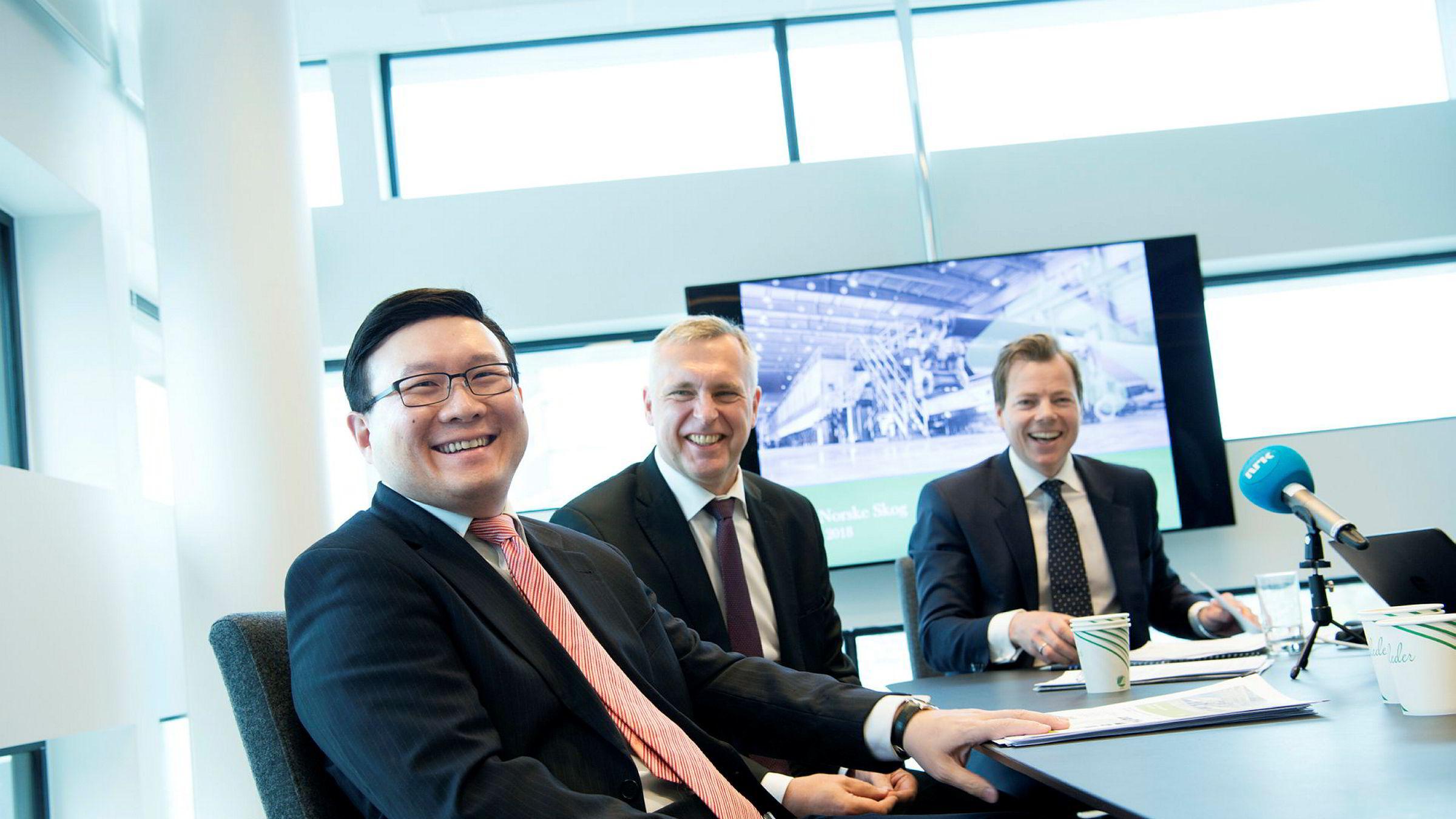 Oceanwood kjøper Norske Skog. Fra venstre: John Chiang, sjef i Oceanwood Capital Management, styreleder Sven Ombudstvedt og konsernsjef Lars P.S. Sperre. Foto: