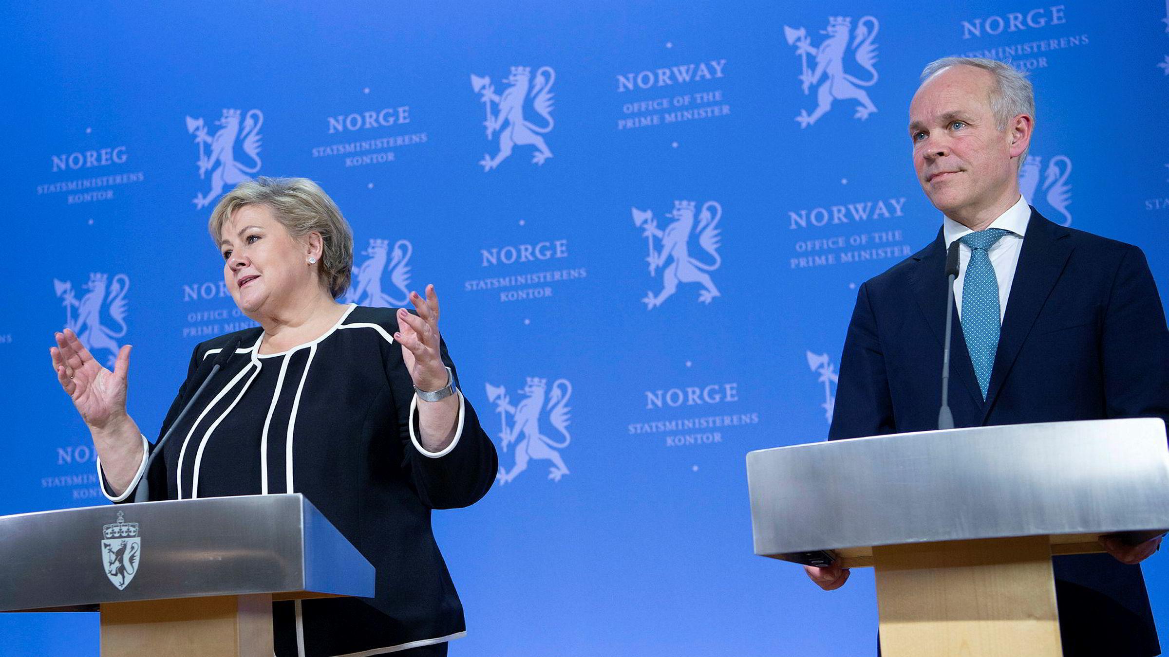 Statsminister Erna Solberg og finansminister Jan Tore Sanner under dagens pressekonferanse.