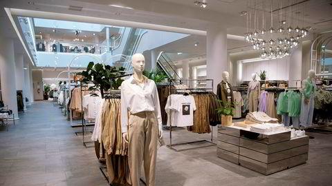 Tynt med kunder i H&Ms butikk på Karl Johan i Oslo.