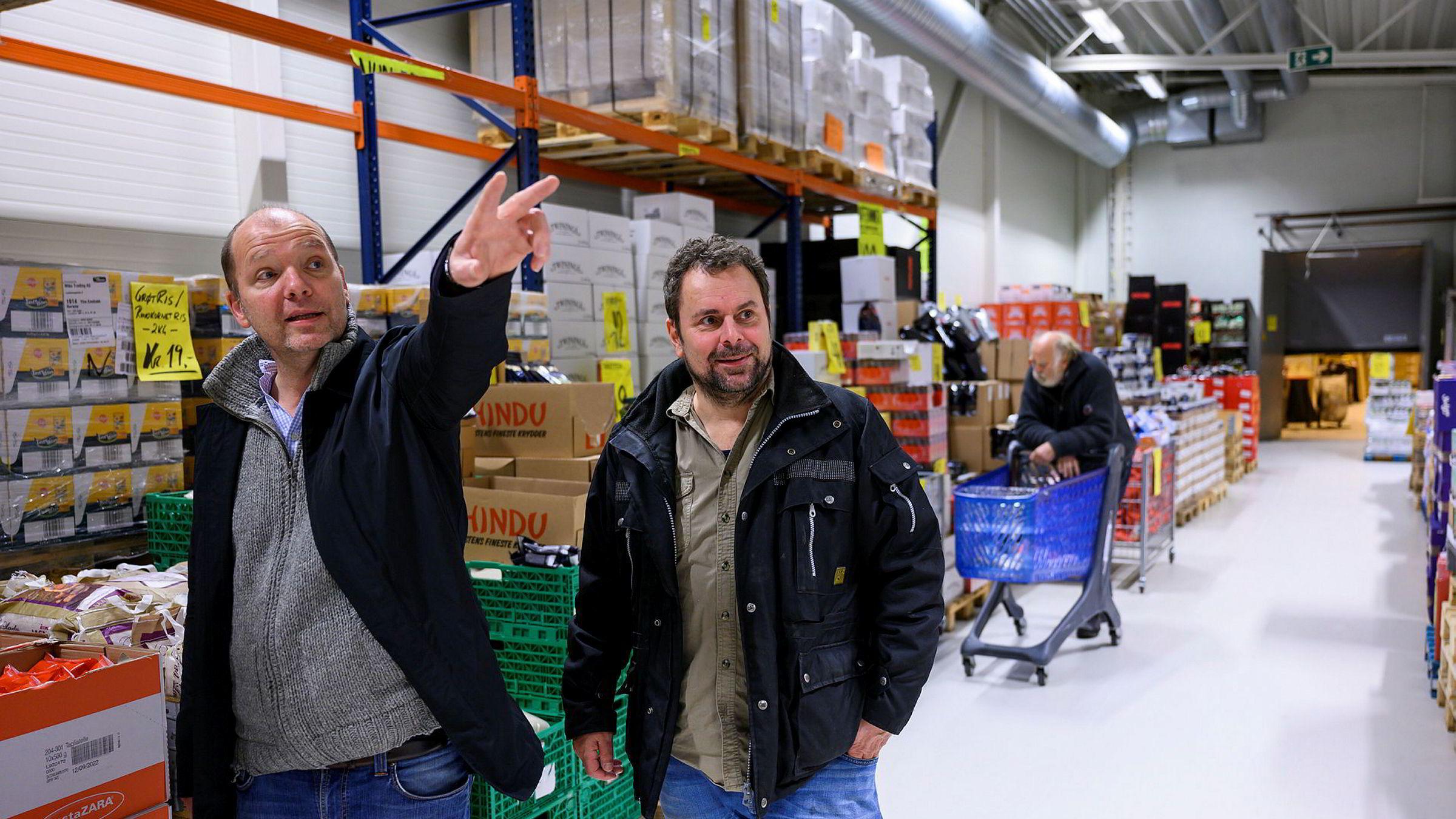 Restebutikken Havaristen i Ytre Enebakk har alt fra dagligvarer til klær og verktøy. Thomas Michelsen (til venstre) er eier og Kurt Arne Wian er prosjektleder i Miko Trading som står bak butikken.