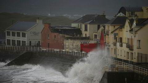 Stormen Ophelia har kommet til Irland og feier her inn over småbyen Lahinch i County Clare. To personer har foreløpig omkommet.