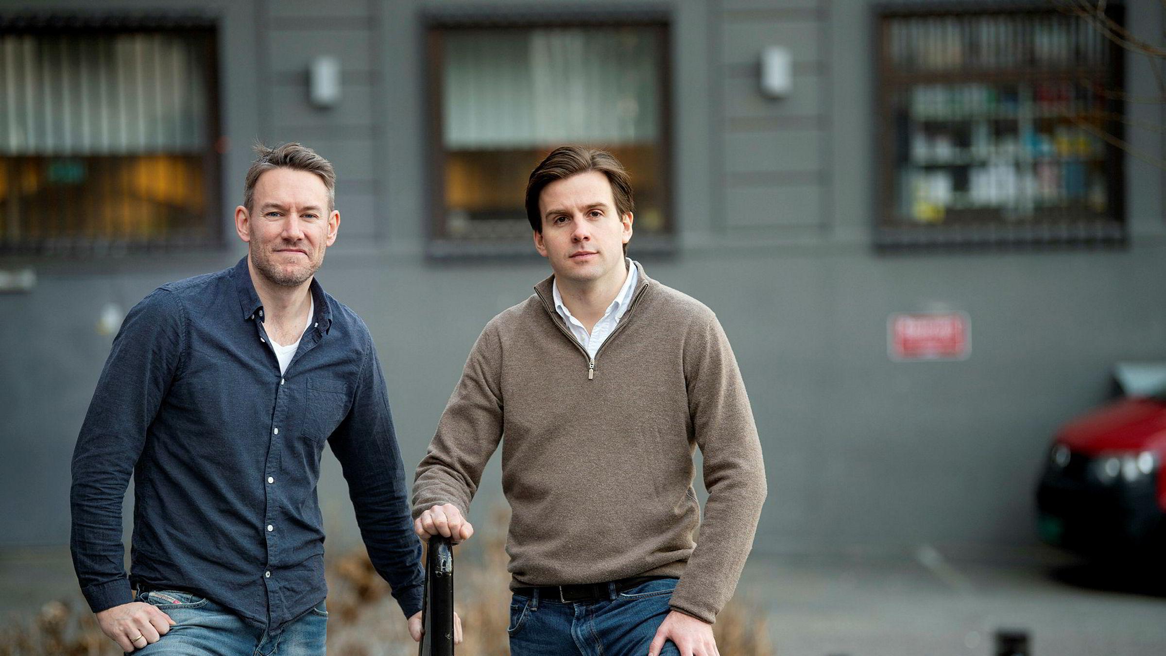 Sindre Noss (til venstre) og Fredrik Stang Heffermehl mener bankene bør kutte boliglånsrenten raskere etter Norges Banks siste krisekutt.
