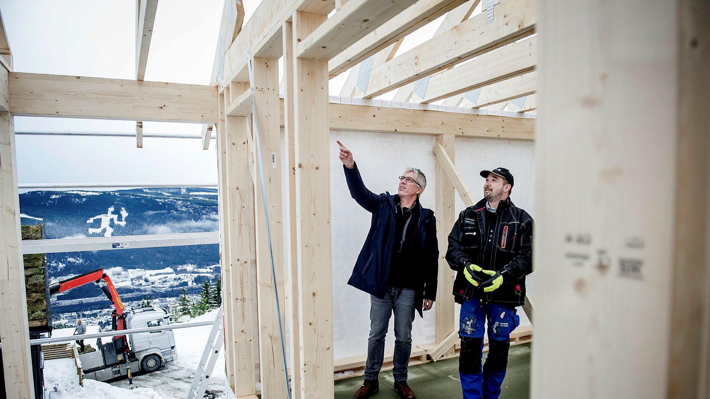 – Denne hytta blir på rundt 125 kvadratmeter med god plass til ti personer, sier Arve Noreng, daglig leder i Leve Hytter. Til høyre snekker Adrian Ryszard Kotulak som er fast ansatt i datterselskapet Leven Montasje.