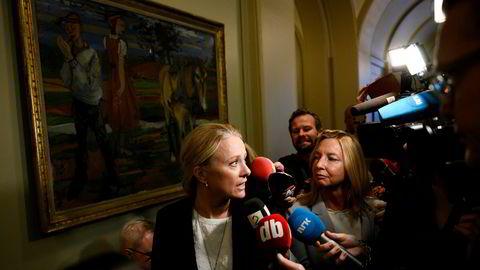 Arbeids- og sosialminister Anniken Hauglie på vei inn i stortingssalen for å redegjøre om Nav-skandalen.
