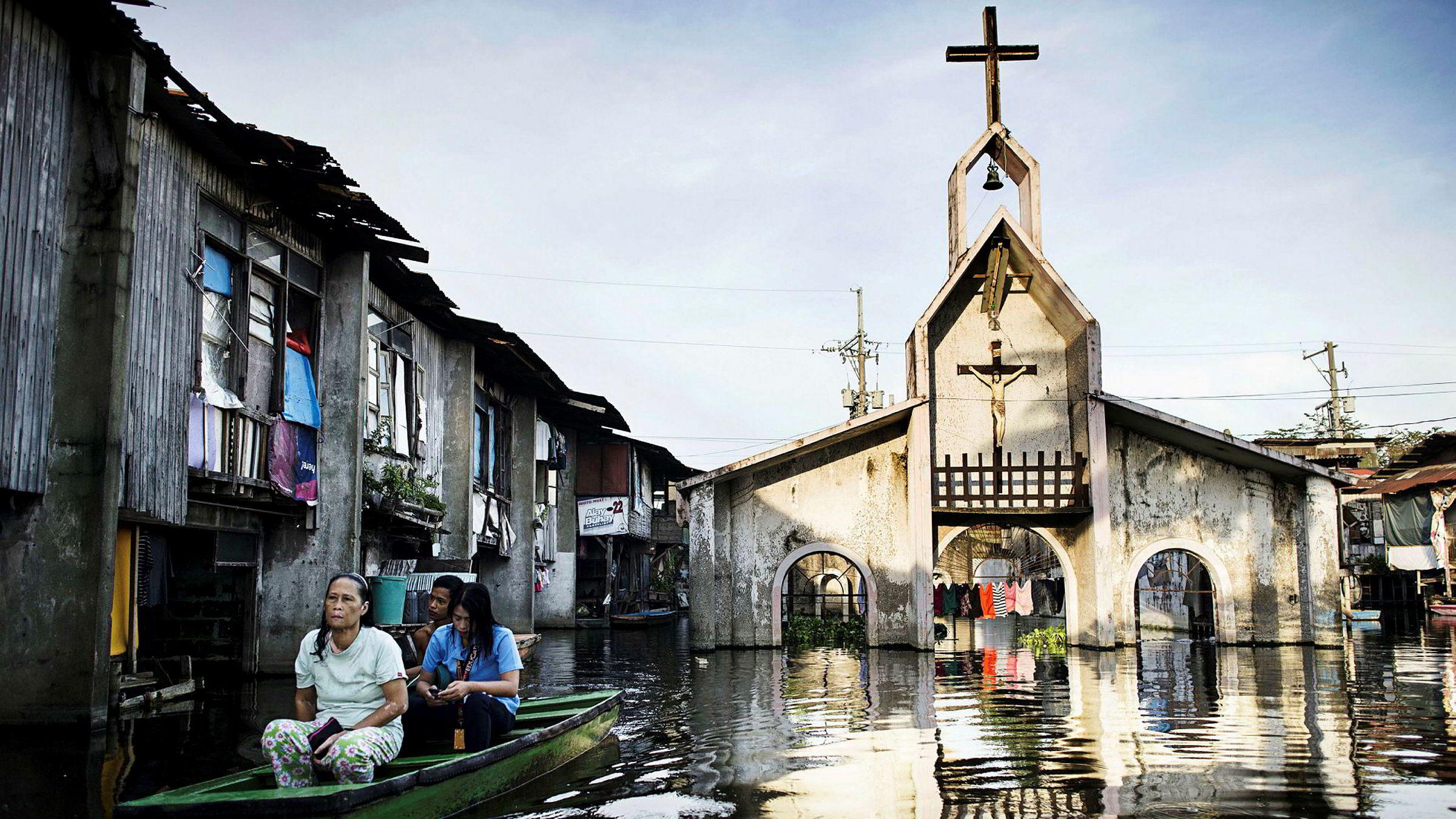 Innbyggere evakueres fra de oversvømte områdene i Manila, Filippinene 6. juli 2018. Økningen i tilfeller av bakteriesykdommen leptospirose skyldes ifølge helsemyndighetene flommen etter det kraftige regnet de siste ukene. Sykdommen kan føre til blødende lunger, hjernehinnebetennelse og nyresvikt.