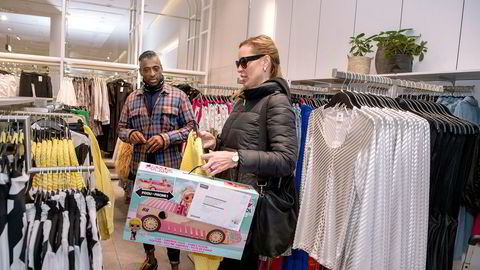 I HM-butikken på Karl Johan er det roligere enn vanlig. Kundene Leon Raja og Maria Aksenova handler på HM som normalt på tross av koronaviruset.