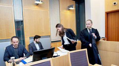 Rettssal 127 i Oslo tingrett ble tirsdag fylt av ti advokater og advokatfullmektiger, tre investorer og én Pareto Securities-representant. Her noen av dem, fra venstre: Investorene Fredrik Sneve og Karl Heine Ulvebne, og advokatene Thea Killengreen og Hans Ingvald Stensholdt fra advokatfirmaet Kluge.