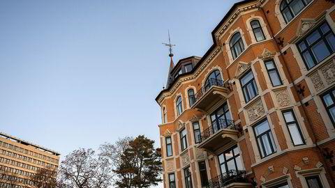 I fjerde etasje her i Drammensveien 42, også kalt Sverreslottet kjøpte skipsreder Morits Skaugen en leilighet i 2011. Den ble med en gang leid ut til Terje Rød-Larsen og Mona Juul.