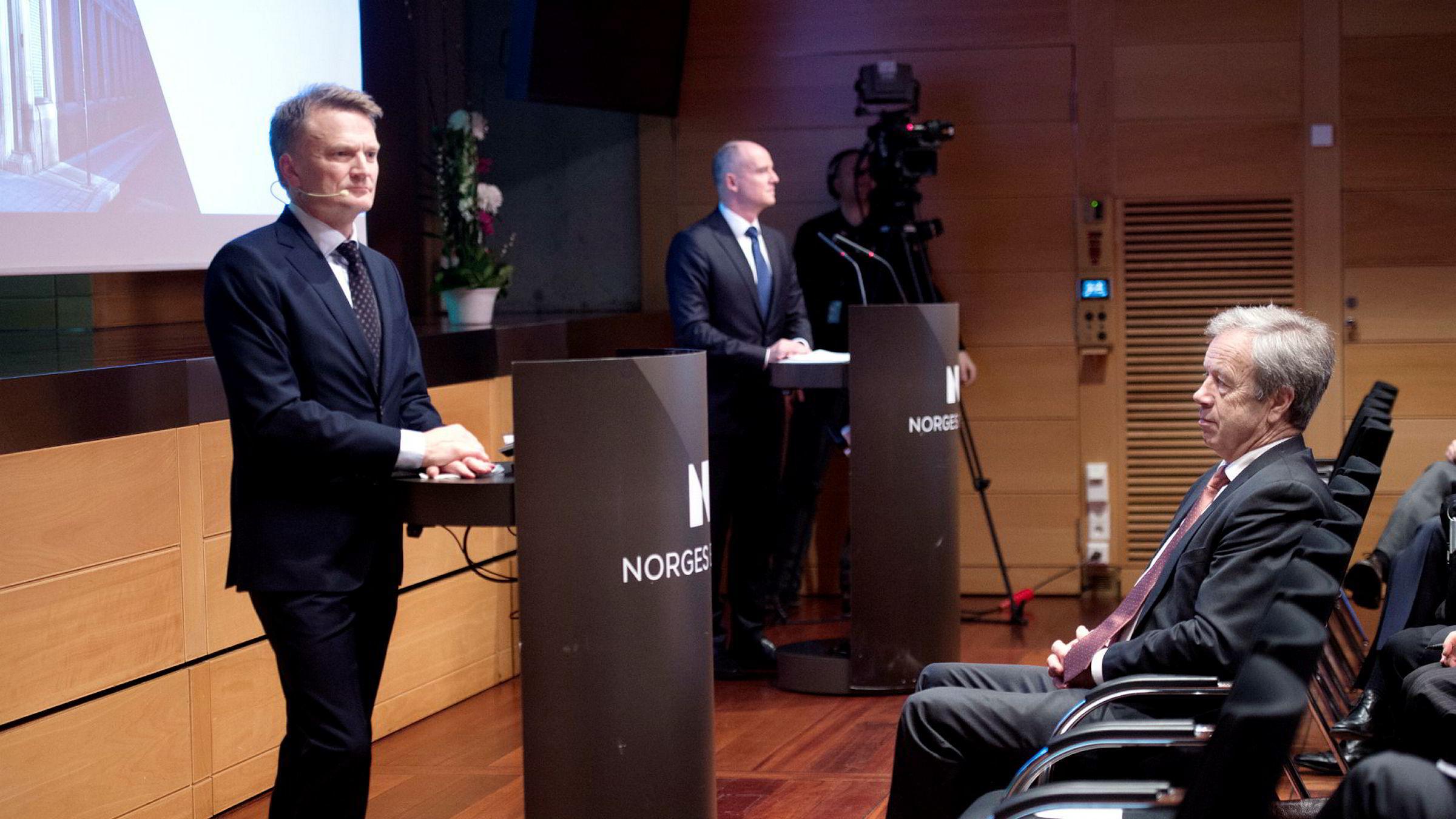 Visesentralbanksjef Egil Matsen (til venstre) i Norges Bank og sentralbanksjef Øystein Olsen (sittende).