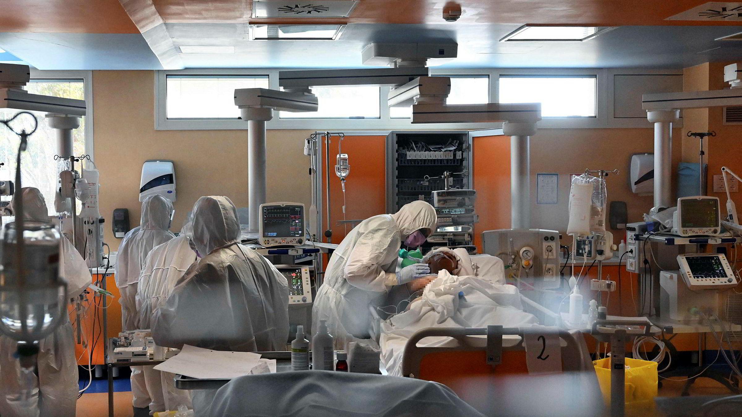 Apokalyptiske scener utspiller seg på sykehus i land som Italia (bildet), Spania og USA.