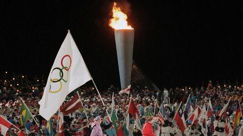 Ideen om å arrangere vinter-OL blir stort sett skutt ned fordi det er for dyrt å bygge anlegg med tvilsom etterbruksverdi og/eller fordi det er vanskelig å samle nok støtte for ett lokaliseringsalternativ. Løsningen er enkel, skriver artikkelforfatteren. Her fra avslutningsseremonien fra OL i Lillehammer 1994.