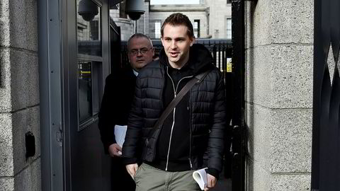 Max Schrems ankommer en rettssal i Dublin i Irland høsten 2017.