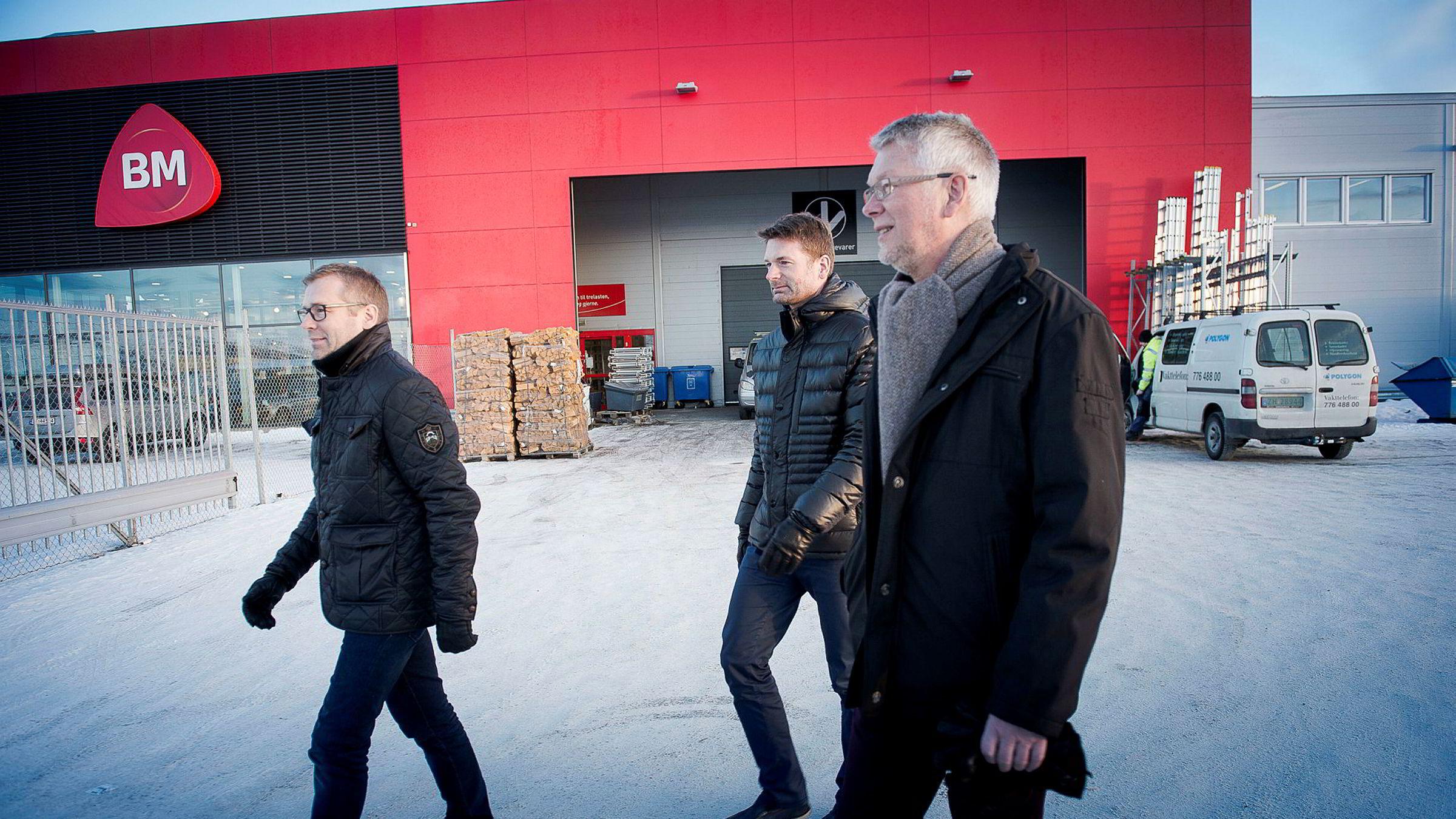 Per Halvard Strand (fra høyre) startet byggevaregiganten Per Strand i 1974, nå selger han familiebedriften. Her sammen med sønnene Kjetil og Fritz-Arild.