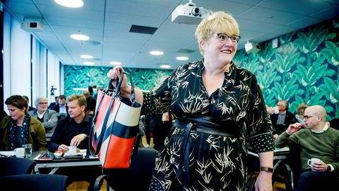 Kulturminister Trine Skei Grande sier hun må til bunns i TV 2-tallene før det kan inngås tv-avtale.