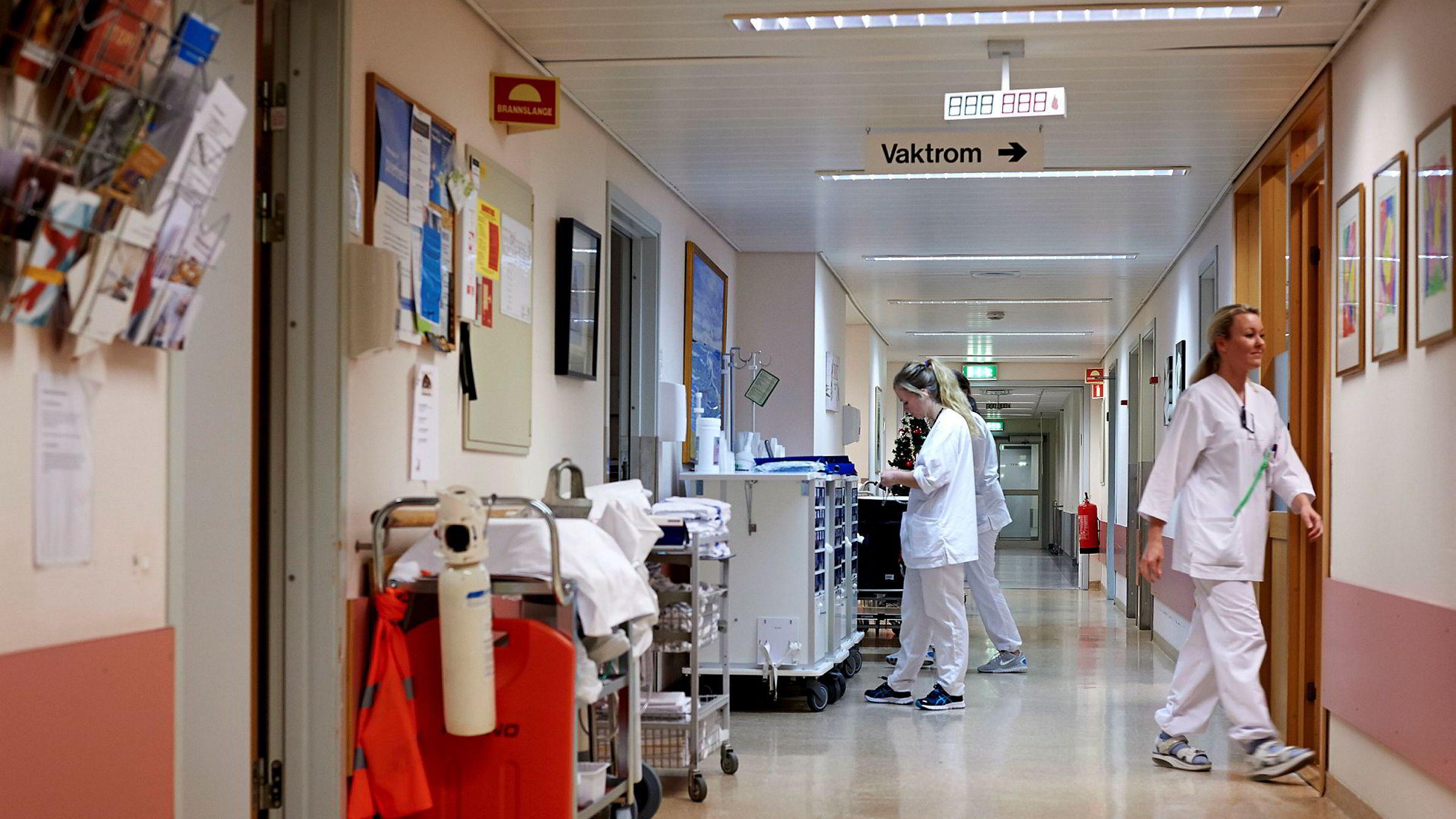 Innstramninger i sykelønnsordningen vil først monne når det treffer dem med høyest sykefravær. Det vil si kvinner i krevende yrker i førstelinjen i helse- og velferdstjenestene våre. Er det dem vi vil presse hardere? spør artikkelforfatteren. Her illustrert ved sykepleiere ved Stavanger Universitetssykehus/SUS