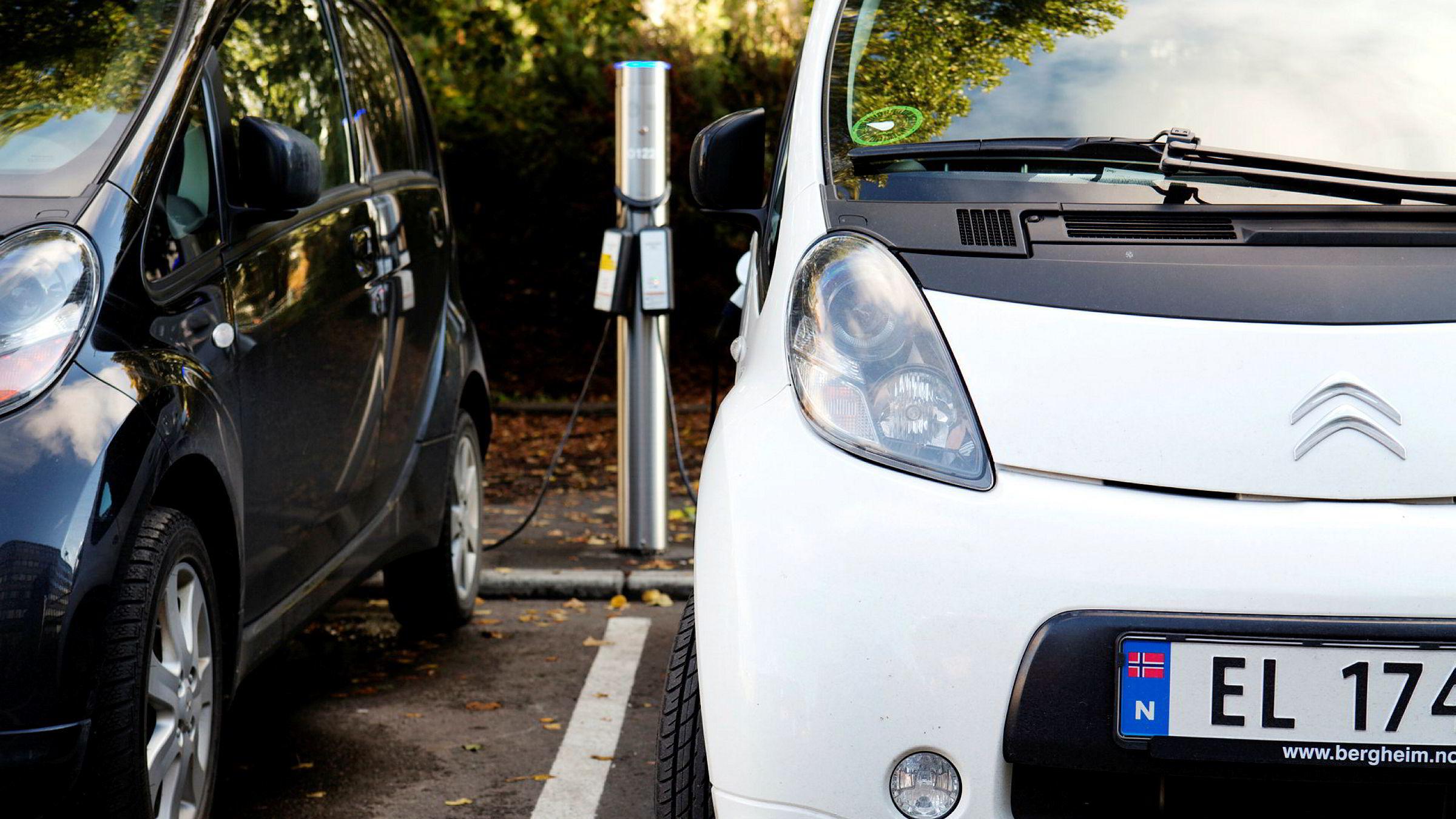 Å lade elbilen etter jobb eller når presset mot strømnettet er høyt, kan bli dyrere i framtida. Foto: Erlend Aas / NTB scanpix