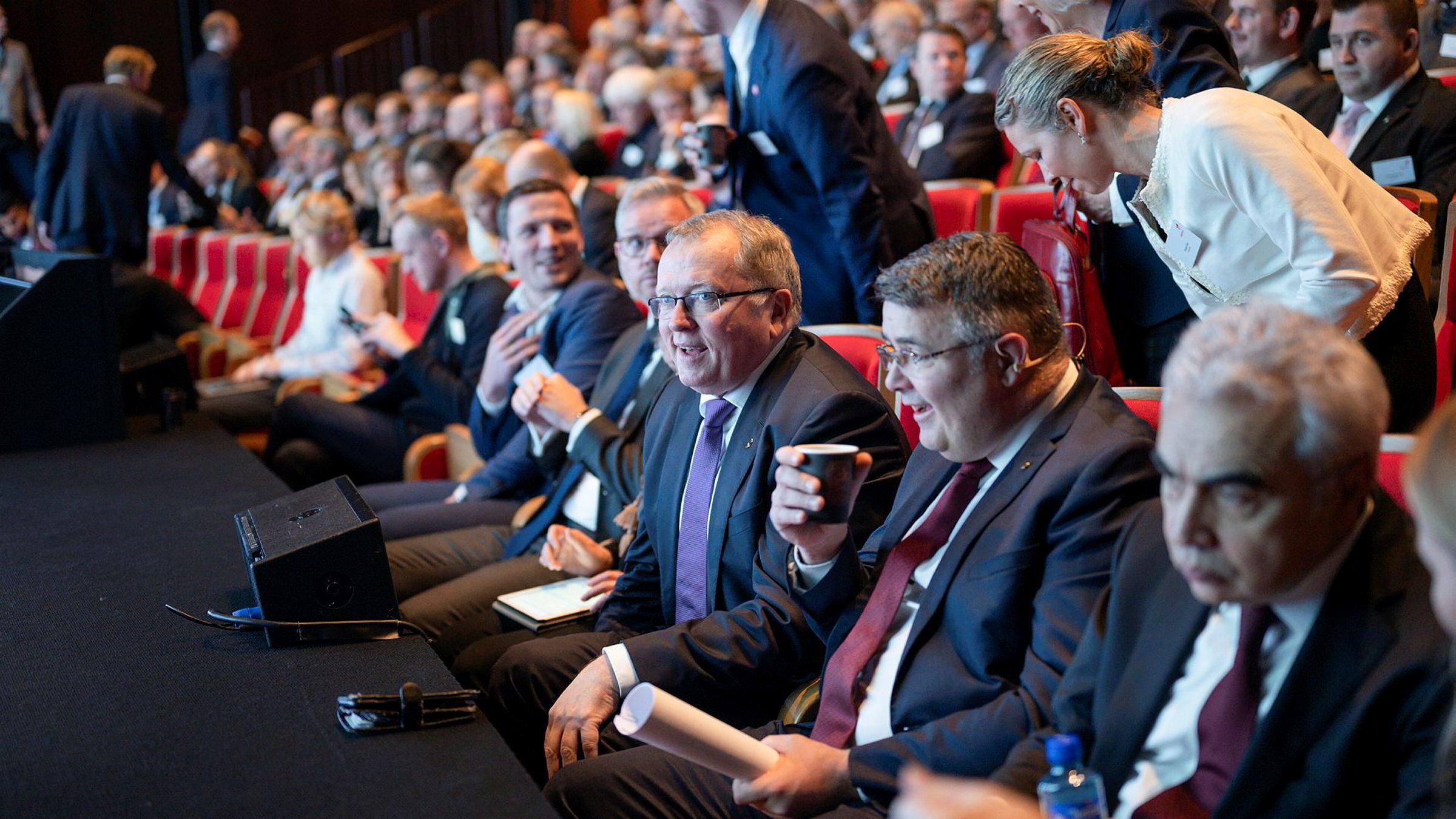 Equinor-sjef Eldar Sætre, olje- og energiminister Kjell-Børge Freiberg og sjef for IEA, Fatih Birol, i delvis lystig stemning på oljeselskapets høstkonferanse.