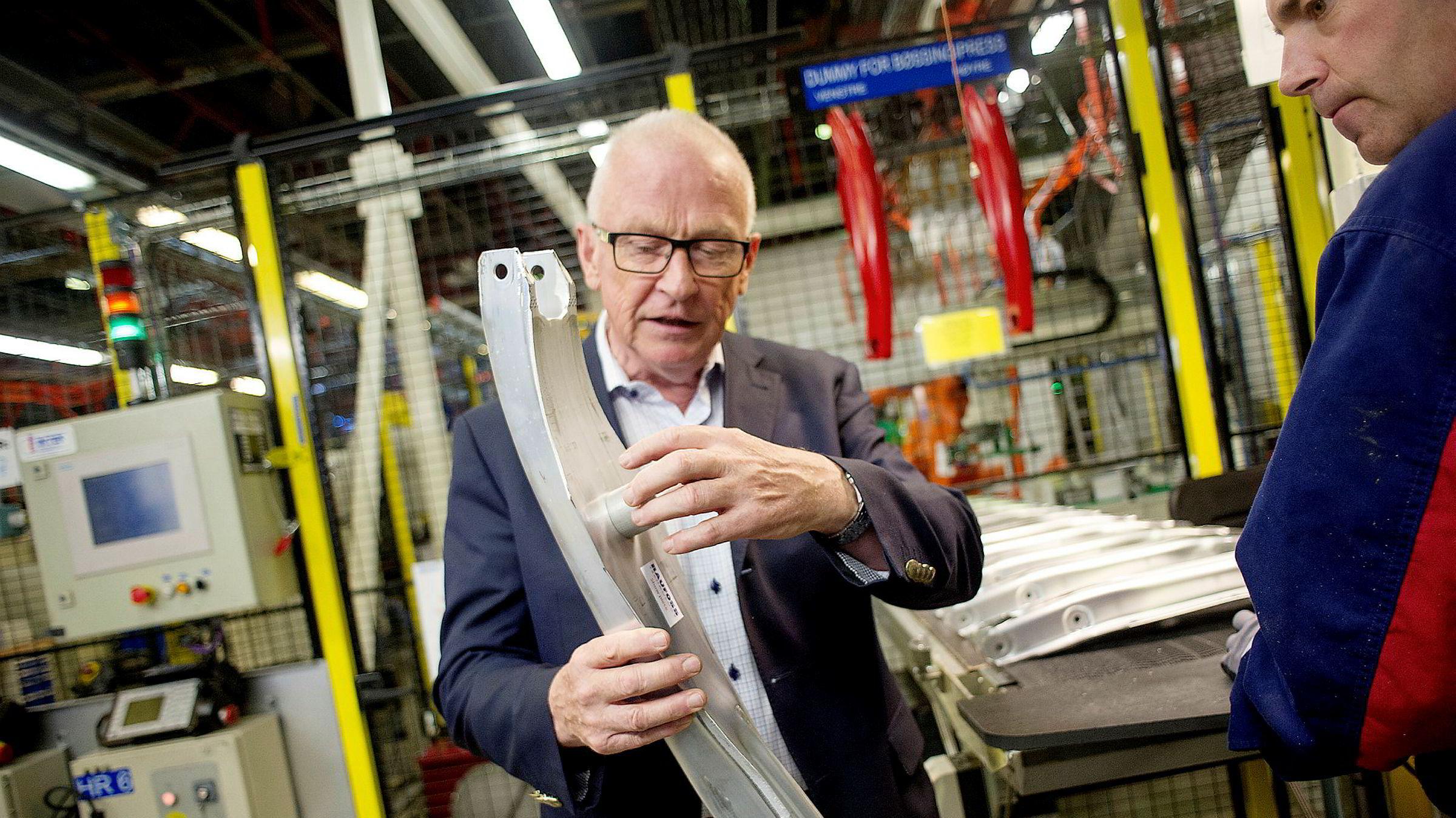 – Det er ikke lett å kopiere disse produktene, sier Leif Bronken, konsulent for Raufoss Technology og viser frem et hjulopphengprodukt til Mercedes.
