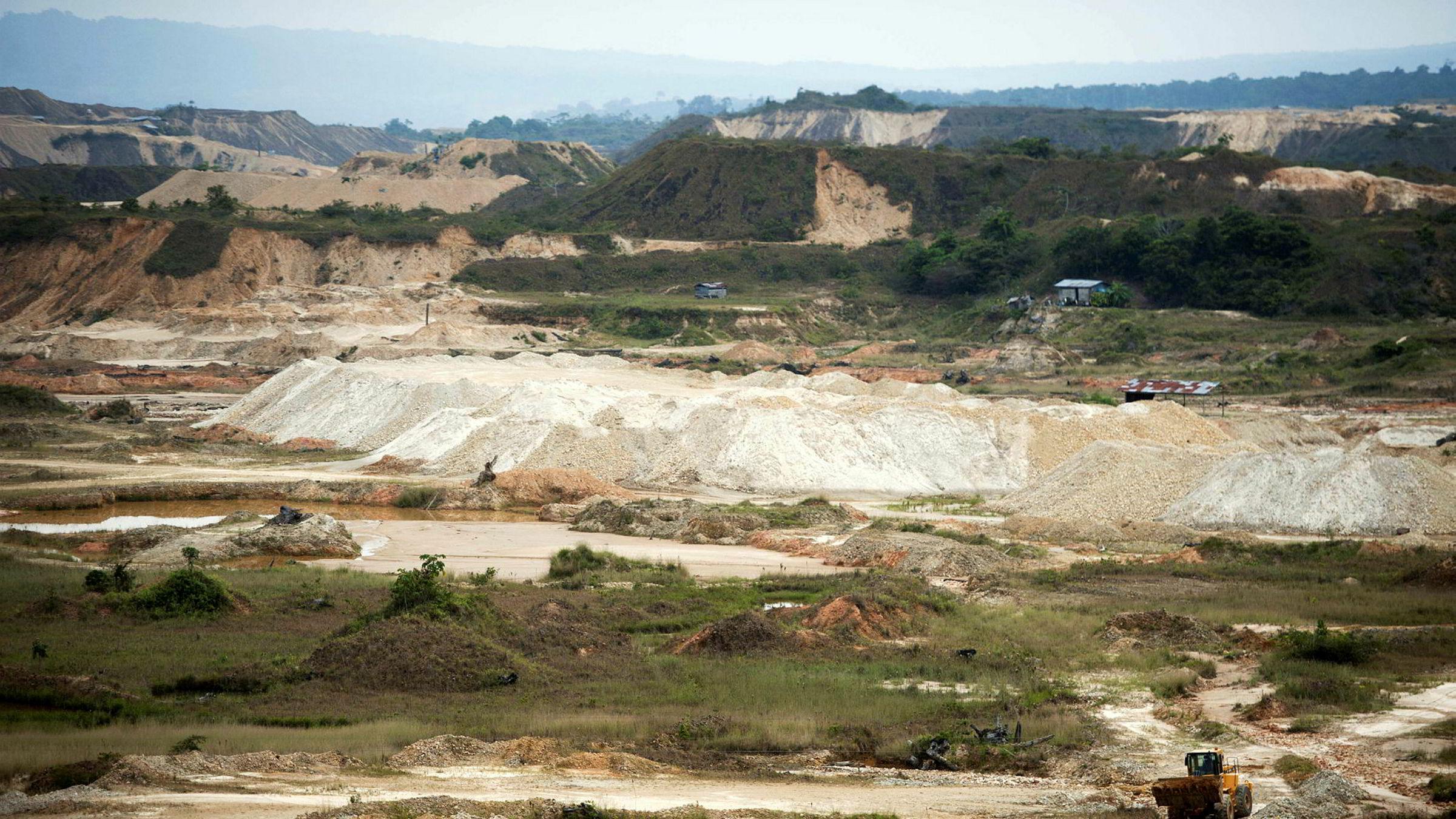 Naturressurser overforbrukes og det biologiske mangfoldet er så truet at vi risikerer vår egen fremtid. Bildet viser resultatet av gruvevirksomhet i et område utenfor Lima i Peru.