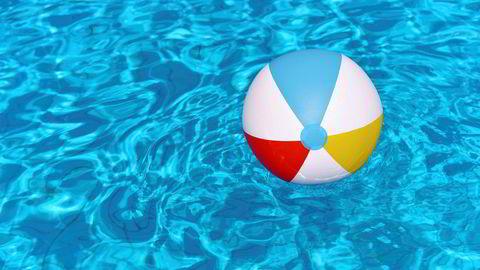 De som har forsøkt å presse en badeball under vann, har kjent på kreftene Arkimedes beskrev for 2200 år siden, skriver innleggsforfatteren.