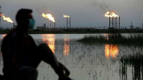 Priskrigen mellom oljestormaktene rammer bransjen hardt. Skjærtorsdag skal partene i Opec+ møtes for å forhandle om produksjonskutt. Bildet er tatt utenfor Nahr Bin Umar-feltet i Irak for to dager siden.
