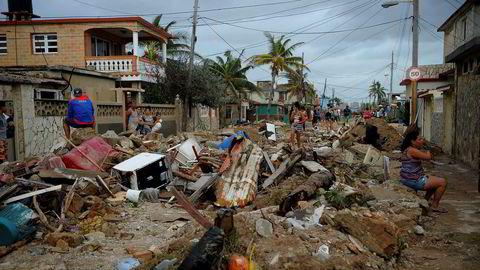Orkanen Irma rev med seg hustak, førte til at bygninger raste sammen og oversvømte store kystområder i helgen. Her fra bydelen Cojimar i Havanna.
