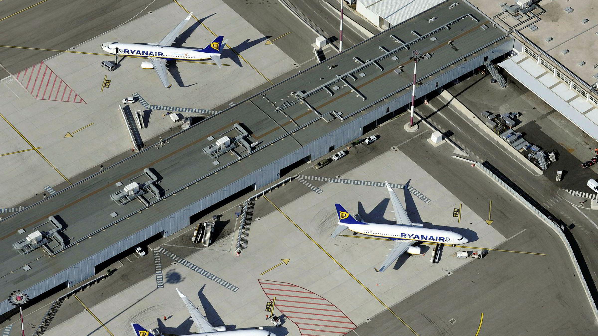 En rekke Ryanair-fly står på flyplassen i Marseille i Frankrike.