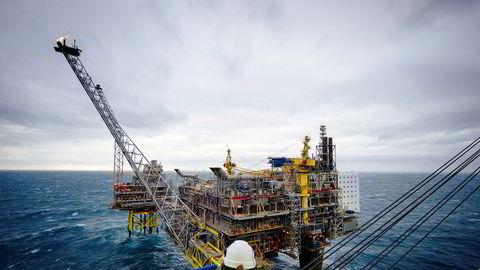 Både oljeprisen og eksporten har falt det siste året. Det gjør utslag på handelsbalansen.