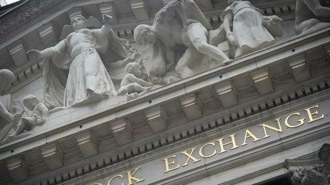 Etter krisepakken på to tusen milliarder dollar og signaler fra Trump om snarlig gjenåpning, stenger Wall Street med pilene markant opp,