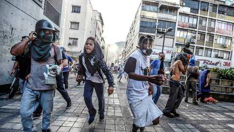Venezuela er midt oppe i en dyp politisk krise. Siden april har det vært nesten sammenhengende protester og voldelige sammenstøt i landet. Flere enn 100 mennesker har mistet livet og tusenvis er blitt såret og pågrepet av myndighetene. Her fra en demonstrasjon i hovedstaden Caracas søndag 30. juli.