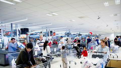 Svenskehandelen medfører bilkjøring tilsvarende 150.000 bilers årsutslipp og norsk momsbortfall på kanskje mer enn tre milliarder kroner, ifølge artikkelforfatteren. Her fra kjøpesenteret Norby Shoppingcenter ved Svinesund.