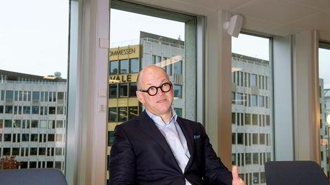 Toppsjef Mads Henrik Syversen skjerper inn rutinene for analytikere i Arctic Securities. Meglere kan handle aksjer som før: – Jeg synes det er positivt jeg, at vi har meglere som har genuin interesse og viser også til investorene at de er villige til å ta risiko, sier Syversen.