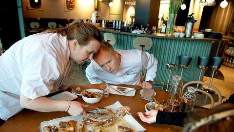 Testing av pinnekjøtt på Brasserie Rivoli med kjøkkensjef Kari Innerå og Eirik Strøm Lillebø.