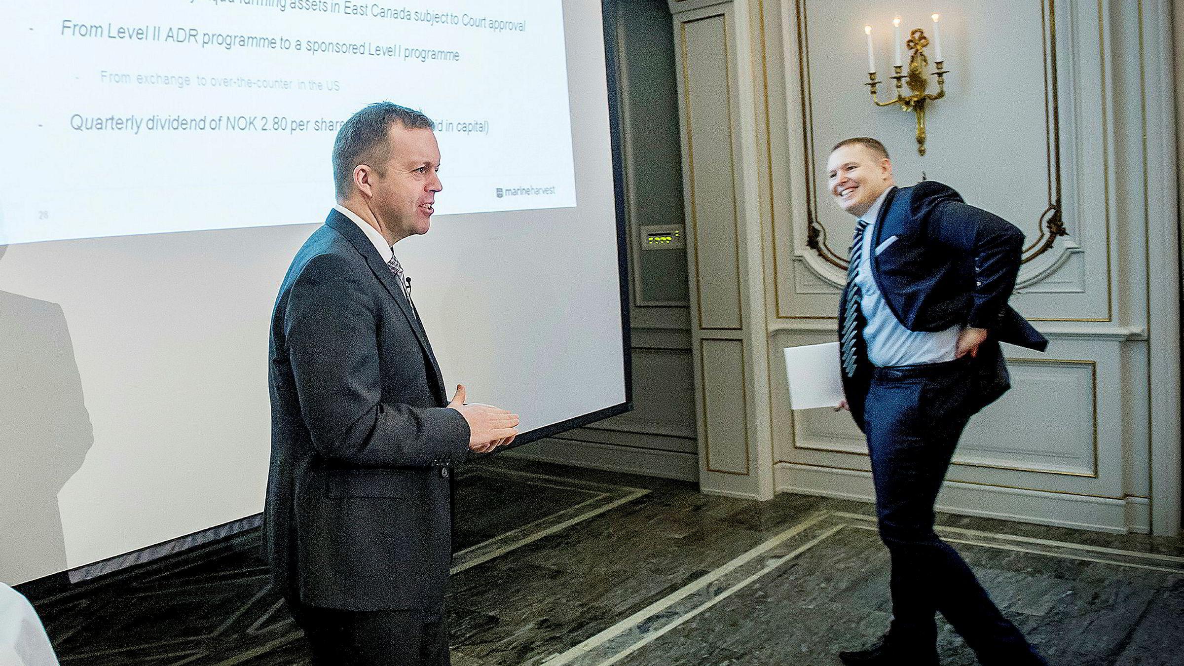 Tidligere konsernsjef Alf-Helge Aarskog (til venstre) i Mowi og påtroppende sjef Ivan Vindheim under en kvartalstallspresentasjon i Oslo.
