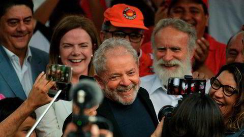 – Dere er demokratiets næringskilde. Brasils dører vil åpne seg for meg så jeg kan reise rundt i landet, sa den tidligere presidenten Luiz Inacio Lula da Silva til folkemengden da han ble løslatt fredag.