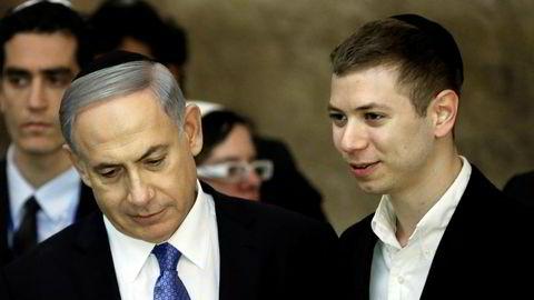 Yair Netanyahu (til høyre) har satt faren, Israels statsminister Benjamin Netanyahu, i en pinlig situasjon.