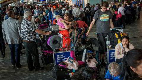 Feriekaos. Passasjerene på Thai Airways' rute 955 til Bangkok har ventet ett døgn på flyet på grunn av tekniske problemer. Samme dag er det bagasjekaos på Gardermoen etter en datafeil på bagasjebåndet. Noen av passasjerene freser mot ansatte, andre ser resignert ut i luften.
