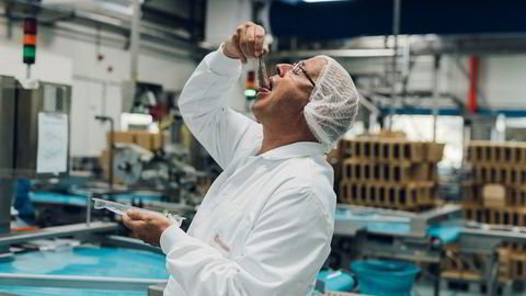 Delikatesse. Administrerende direktør Anton van der Plasi fiskefabrikken Ouwehand spiser en matjessild slik den nederlandske delikatessen skal spises.