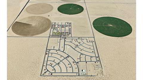 Pivot Irrigation/Suburb, South of Yuma, Arizona, USA, 2011. Snart slutt. – Vi tar vann for gitt, helt til det ikke er mer igjen, sier Edward Burtynsky. Fotografen er opptatt av naturressurser som vann og olje og håper at bildene kan få publikum til å tenke over hva som er bærekraftig bruk av disse godene.