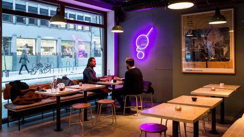 Med gråblå vegger, cocktailbar og veganmuligheter er Gunnars Generasjonsbar fullstendig 2018.