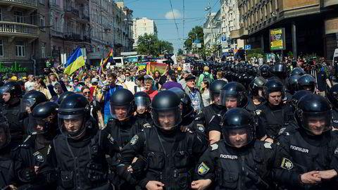 Pansret parade. Politiet anslår at 2500 mennesker gikk i Kyiv Pride 2017, mens aktivistene mener de var 4000. Opptoget var omringet av opprørspoliti, og t-banen ble holdt åpen eksklusivt for deltagerne. Likevel ble ti aktivister banket opp i etterkant av paraden.