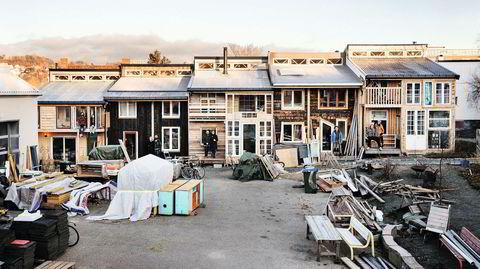 Fem hus tett i tett. I to år har de bygget husene sine selv – og kjenner hverandre på godt og litt vondt. Nå begynner livet i eksperimentboligene på Svartlamon i Trondheim