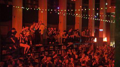 Fine hyller. Den staselige storsalen på Deichmanske biblioteks hovedavdeling i Oslo er som regel et sted man oppsøker for fred, ro og innsikt. Men i senere år har det også vært åsted for et par av Oslo sentrums villeste og morsomste fester, der det unge og åpne publikumet ikke er redde for å fylle dansegulvet og så klatre på hyllene allerede i ti-tiden på kvelden.