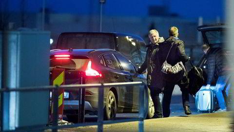 Møttes tirsdag. Dagen etter at DN hadde konfrontert Tetra Pak-topp Tom Bjøre og tidligere Tine-direktør Hårek Skotnes med reiseregningene, møttes de to emballasjetoppene. Her settes Bjøre av på Gardermoen etter å ha blitt kjørt til flyplassen i Skotnes' bil.