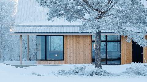Bestandig av seg selv. Hytta er dekket med kjernetre av furu, som med sin høye andel kvae er naturlig impregnert. Det er også samme materiale som de tradisjonelle laftede husene på Røros er bygget av.