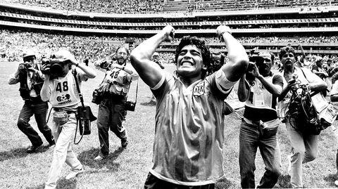 Argentinas kaptein Diego Maradona feirer 2–1-seieren over England i VM i 1986 på Estadio Azteca i Mexico City, hans kvintessensielle kamp.