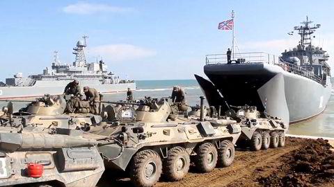 Russiske militære kjøretøyer landsettes etter øvelser på Krim. Etter en massiv styrkeoppbygging på grensen mot Ukraina valgte Moskva å trekke styrkene tilbake i forrige uke.