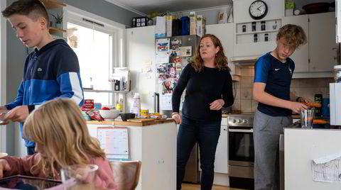 Forfatter Heidi Linde hjemme på kjøkkenet med tvillingene Simon Linde-Tonstad (t.v.) og Leo Linde-Tonstad og datteren Jenny Linde-Tonstad