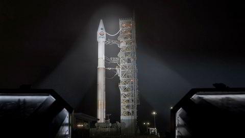 Atlas-V -raketten med NASAs InSight-fartøy fotografert fredag, under klargjøring til oppskyting. fra Vandenberg Air Force Base i California.