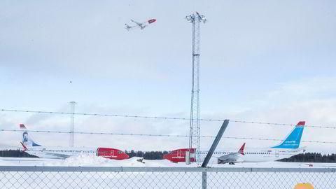 Alle Norwegians fly av typen Boeing 737 Max (bildet) står fortsatt på bakken, og det vil antagelig fortsette inn i sommersesongen og føre til ny ekstraregning for leie av reservefly. Her fra Oslo lufthavn.